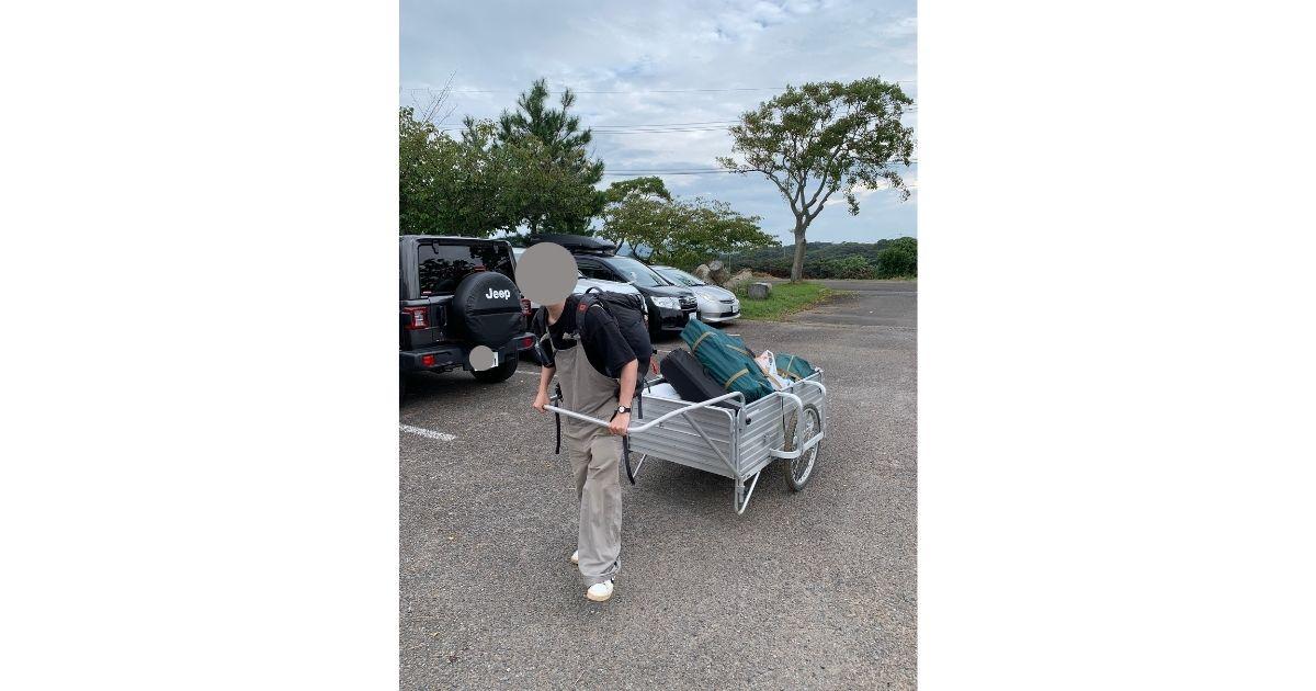 キャンプ地に到着して荷物を運ぶ