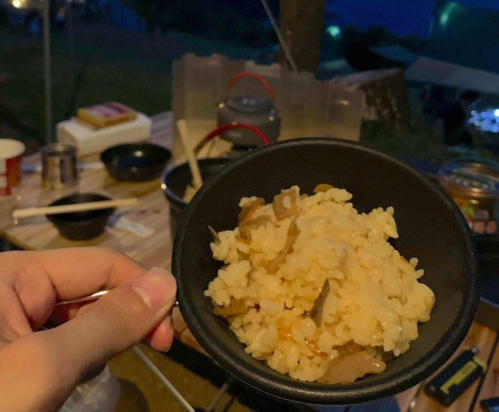 炊き込みご飯をキャンプで作った写真
